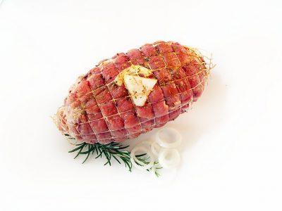 Puten Rollbraten aus der Oberkeule gefüllt mit Zwiebeln und Champignons; gewürzt